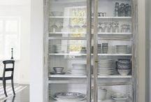 Vajilleros & Aparadores / Vajillero vertical (suele estar en cocina, a veces en comedor) Aparador horizontal (suele estar en comedor, a veces en cocina)