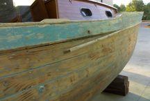 Restauro di un gozzo in fasciame / Questo gozzo in fasciame è stato costruito nel 1973 a Piano di Sorrento, da un certo maestro d'ascia Mastro Aldino (un aneddoto ricorda che non sapeva nuotare, aveva il terrore di andare per mare, ma costruiva piccole meraviglie!).
