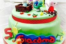 Playground peppa Pig Cake / Un parco giochi tutto per festeggiare Giacomo e i suoi 5 anni! scivolo, sabbiera,dinosauro a molla , giostra e tanto divertimento!! Peppa, George , Rebecca Coniglio, Denny Cane e Candy gatto! le immancabili paperelle e tante pozzanghere di Fango! #peppapigcake #peppapig #georgepig #dennycane #candygatto #rebeccaconiglio #dinosauro #playgroundpeppapigcake #giostre #party #compleanno #tortedecorate #castelliromani www.torteamorefantasia.com