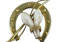 Bonne fête papa ! / Pour la fête des pères le 18 juin 2017, offrez-lui un bijou. Découvrez notre collection de bijoux homme anciens : de la traditionnelle chevalière, aux très recherchés boutons de manchettes et aux plus originales broches, vendus uniquement en pièces uniques.