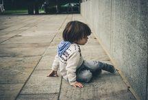 Tanulj meg esni! / A teljes felszólítás így hangozhatna: tanulj meg esni és kelni, mint egy gyerek! Hiszen ha egy kis figyelmet szentelünk az apróságok tevékenységének, utánozhatatlan bájuk mellett egy nagy erősségükre is ráébredhetünk, ugyanis a játék, a világ felfedezése közepette a kicsik gyakran talajt fognak. Mégsem szeppennek meg és mindig felállnak. Hol veszítettük el ezt a képességünket? Vajon alacsonyabbról kisebbet lehet esni, mi pedig felnőttként már minden esésnél komolyan sérülünk?
