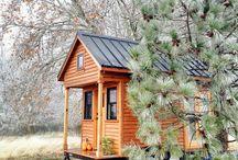 Tiny House / Les Tiny houses ou « micromaisons » sont le nom donné à un mouvement social et architectural dont les adeptes prônent la simplicité de vivre dans de petites maisons.