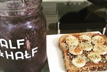 Healthy Breakfast / Healthy Breakfast! Smoothie de berries con leche de coco, espirulina, vainilla y dátil & pan ezequiel con healthy spread de avellana con cacao, topping de plátano, canela y hemp #yumm #hemp #espirulina