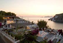 """Terrazze """"Chiaia di Luna"""" Lounge Bar Kibar (Hotel Chiaia di Luna) / Kibar è un ritrovo da sogno: adagiati su grandi cuscini e cullati dalle onde del mare in lontananza, gli ospiti assaporano l'immancabile aperitivo al tramonto. Aperto anche agli esterni."""