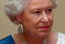 The Queen dress up