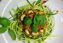 Paleo Zucchini Rezepte / Zucchini ist eine kleine Paleo Wunderwaffe: Schmeckt sowohl im Curry, als auch im Zucchini Salat oder aus dem Ofen. Wir mögen sie gerne als Beilage zu Fleisch, aber auch als Zucchini Suppe, Zucchini Brot und nicht zu vergessen Zucchini Spaghetti. Es lebe die Zucchini!