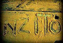 """Déco et cadres en bois de récup (""""dhow"""", driftwood) de NZITO, Dar Es Saalam, exclusif chez Kabambi ! / NZITO: l'idée d'utiliser le bois d'anciens """"dhows"""", bateaux de pêcheurs en bois, échoués sur les côtes de Zanzibar et de la côte est de la Tanzanie pour créer des objets uniques et de grande qualité !"""