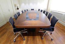 Workspaces para juntas / Una Junta es una reunión de equipo directivo, accionista o portavoces en algún sector corporativo, con una periodicidad baja en la que todos los asistentes tienen algo que decir. Por ello, la comodidad es una obligación. Además de unas sillas adecuadas, una mesa amplia y agradable y un espacio que facilite el entendimiento y la interacción, el mobiliario complementario debe permitir el buen desarrollo de la Junta.