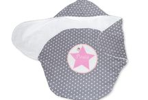 Einschlagdecken für Babyschalen / Sie brauchen ein Allrounder-Produkt für Ihr Kind? Dann sehen Sie sich unsere Einschlagdecke für Babyschalen doch genauer an! Übrigens: diese Decke ist auch ein tolles Geschenk zur Geburt oder Taufe!
