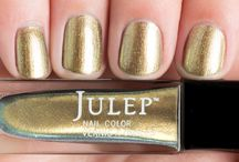 Golden Touch / We're going for gold with these sparkling manis! Gold stars for everyone featured.