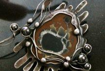 Cínovaný šperk