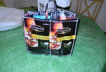 Réalisation de sac cabas / Beau moyen de recycler les paquets de café et les gourdes de combat, au profit de l'association La Magie de Léa.
