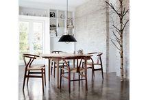 Carl Hansen & Søn / Carl Hansen & Søn is een prachtig Deens designlabel met een indrukwekkend assortiment boordevol handgemaakte houten meubels. Van stoelen tot aan dressoirs. Bij Carl Hansen & Søn vind je meubels waar vakmanschap en kwaliteit centraal staat. Deze prachtexemplaren worden gekenmerkt door minimalistisch en functioneel design. Het maakt niet uit voor welke ruimte je op zoek bent naar een passend meubel, want dit onderscheidende merk heeft meubels voor elke ruimte.
