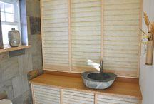 Salle de bain / Notre petite salle d'eau fait peau neuve! Les portes coulissantes en verre tapissées d'une myriade de carrés de papier japonais et Les armoires revêtues de papier ont transformé un espace exigu et sombre en un cocon lumineux. Les tiges ressemblant à des bambous proviennent du miscanthus qui borde notre jardin. Des rubans de DEL permettent de varier la couleur et l'ambiance.