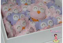 Lembrancinha de Maternidade / Corujinha Baby Dimensões: 6,5 x 8 cm Disponível como chaveiro ou imã. Contato: guriah.arteira@hotmail.com Várias opções de cores.