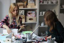 Przy pracy - Projekt Fan / Zapraszamy do obejrzenia galerii z tworzenia przedmiotów, które można zakupić w Projekt Fan. Wszystko wykonują ręcznie nasze koleżanki.