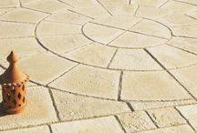 """Terrassenplatten / Die schönsten Farben, Formen und Strukturen werden von der Natur erschaffen. Dank des speziellen Wetcast-Verfahrens (Gussbeton) lebt diese Ursprünglichkeit in den drei Terrassenplatten - Linien """"Solum"""", """"Opus"""" und """"Scivaro"""" wieder auf."""