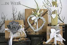 Schöner Schenken ... in Weiß. / Schöner Schenken mit fertig dekorierten Geschenkekartons und Getränkehülsen in verschiedenen Weiß-Töne gehalten. Mit farblich abgestimmten Akzente. Geliefert wie abgebildet.