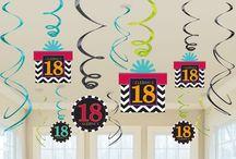 Dekoracje urodzinowe / Organizując przyjęcie urodzinowe musisz zadbać o odpowiednie dekoracje, aby nadać imprezie odpowiedniej oprawy oraz klimatu. Dla dzieci polecamy kolorowe baloniki z nadrukami oraz całą gamę zabawnych talerzyków, kubeczków,  czapeczek, słomek do napojów. Dla starszych uczestników imprezy tradycyjne jednokolorowe akcesoria lub te nieco bardziej odważne. Jubilaci okrągłych rocznic urodzin również znajda dla siebie coś wyjątkowego np. serwetki z nadrukiem na 30,40,50 czy 60-te urodziny.