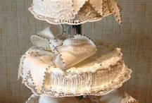 Satellite Cake and Unstacked Wedding Cake Ideas / Ideas, pegs, designs, and inspirations for wedding satellite cake setups, unstacked wedding cakes, and one-tier wedding cakes.