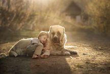 garçon couche avec chien blanc
