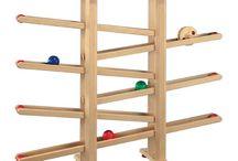 Holzkugelbahn / Eine Kugelbahn aus Holz macht Kindern riesigen Spaß. Gebannt verfolgen sie den Lauf der Kugeln und trainieren beim Spiel zugleich ihre Auge-Hand-Koordination und ihre Reaktionsfähigkeit. Unsere durchdachten Holkugelbahnen überfordern die Kleinen nicht, sondern regen sie zum Spielen an. Die in feste Bahnen gelenkte Murmelbahn spricht die Neugier Ihrer Sprösslinge an und fördert das Erkunden einfacher Bewegungen.