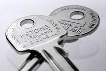 Chiavi Personalizzate / Personalizzare una chiave è il sistema più efficace per promuovere la propria attività di duplicatore. Riproducendo sulla chiave il vostro nome, indirizzo, numero telefonico e logo, ogni cliente ricorderà facilmente dove ha duplicato la sua chiave e il vostro lavoro sarà sempre riconoscibile.