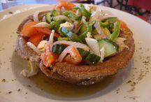 Salate in bucataria cu noroc / salate sanatoase si gustoase din legume proaspete, fructe si branzeturi cu dressinguri si i condimente pentru toate gusturile.
