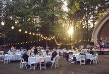 Outdoor Wedding / Real Wedding - Outdoor-Waldhochzeit mit USA-Feeling, Lichterketten und detailverliebter, individueller Papeterie