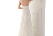 Beach Wedding Dresses / Beach wedding ceremony are popular nowadays. Are you looking for the ideal dress to wear for your destination wedding? These simple wedding dresses are perfect for a barefoot walk down the beach. Elegant and timeless, they all share a lasting beauty yet have a casual feel that make them perfect for beach wedding dresses.