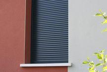 Appuis de fenêtre traditionnel, pierre reconstituée, béton préfabriqué, ciment blanc ou gris / Nos appuis fenêtre et seuils sont armés pour prévenir de toute fissuration. Ils assurent une bonne stabilité à la fenêtre et à la porte et créent une étanchéité entre la maçonnerie et la menuiserie en ajoutant un élément décoratif à la façade et en protégeant les enduits. Alentour vous propose des appuis standards (28 cm, 35 cm, 51 cm), parasismiques (28 cm, 32 cm, 35 cm et 39 cm) et des appuis sur mesure.