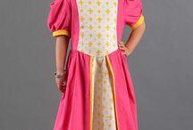 Les robes de princesses flamboyantes / Découvrez notre collections de robe pour votre déguisements de princesse. Nous nous donnons rendez-vous dans la salle du bal pour y danser !