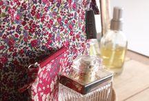 """Les essentiels / """"Mes essentiels"""", 8 accessoires féminins tendances à shopper  : un vanity, un grand cabas, un porte-monnaie, un range-aiguilles, une pochette à bijoux, une trousse, une pochette et un berlingot pique-aiguilles."""