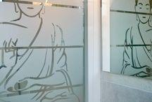 SALLE DE BAIN / Habiller les fenêtres de la salle de bain, ou la paroi de douche, ou encore les murs ... Pour avoir un peu d'intimité ou juste pour la déco !