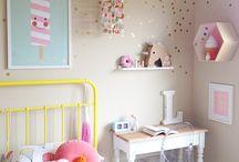 Chambre d'enfants / Tous les petits éléments qui font une belle chambre: lit, armoire, bureau, affiches, cadres, luminaires, linge de lit....