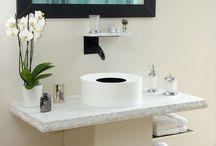 Salle de bains / Lieu quotidien de la préparation, la salle de bains devient un endroit de détente et de relaxation.  La chaleur de cet endroit repose les sens et donne un caractère hédoniste à la pièce.  Par la matière qui la compose et la technologie qui l'habille, la salle de bain devient un lieu incontournable de la maison. Vous prendrez plaisir à laisser le temps couler.