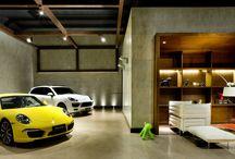 Garagens Arquitetônicas / Fotos e inspirações de arquitetos renomados para te inspirar a renovar a sua garagem em qualquer estilo! Confira garagens com portas basculantes, portas de madeira, de aço inóx ou ainda com estilo pergolado para deixar o seu projeto de casa própria ainda mais lindo.