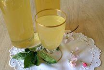 Æbleblomstsaft / Forår på flaske! Æbleblomstsaft er en rigtig dejlig forårsdrik, som smager mild og frisk. Den kan selvfølgelig drikkes som saftevand, men på en varm sommerdag kan jeg anbefale at blande den med iskold Asti Spumante og et par isterninger.