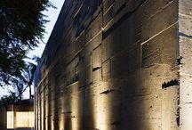 """Arquitectura Iluminación Exterior - Outdoor Lighting / La arquitectura es el juego sabio, correcto y magnífico de los volúmenes bajo la luz"""", Le Corbusier. """"Toda arquitectura es grande tras la puesta de sol; quizás la arquitectura es un arte nocturno, como los fuegos artificiales."""" Gilbert K. Chesterton."""