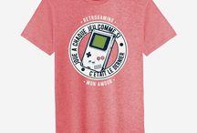 Des cadeaux entièrement dédiés aux geeks / Si vous aimez les jeux vidéos, les séries tv, les figurines et tout ce qui peut se brancher en réseau, vous aimerez forcément nos t-shirts et sweats.