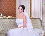 Csipke esküvői ruhák / Ha a nagy napra csipke esküvői ruhát álmodtál meg magadnak, akkor nézz szét csipke menyasszonyi ruháink között és találd meg a szívedhez legközelebb álló csipkés ruha csodát! Ne feledd, az itt látható kínálat csak egy kis ízelítő szalonunk csipke esküvői ruhái közül, érdemes személyesen is körbenézned nálunk, vagy honlapunkon: eternityszalon.hu