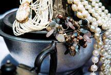 Het Juweel Oisterwijk 2016 / Van 25 t/m 27 november 2016 presenteren rond de 18 edelsmeden, juweliers & horlogespecialisten gezamenlijk hun bijzondere collecties in de imposante Gallery Van Dun Contemporary Art midden in Oisterwijk (Noord-Brabant). Hedendaagse juwelenontwerpen, maar ook vintage collecties worden aangeboden. Het (internationale) deelnemersveld valt op door haar originaliteit, kwaliteit & vakmanschap.