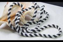 sznur koralikowy pleciony igłą
