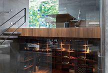 Hoog.design | Wijnkelder / Voor de wijnliefhebber kan een eigen luxe wijnkelder onder het huis niet ontbreken. Ieder wijnmoment wordt extra speciaal wanneer u een mooie wijn kunt uitkiezen in uw eigen wijnkelder. Een wijnkelder inrichten is niet eenvoudig. Vaak is er maar een beperkte ruimte beschikbaar om een wijnkelder te realiseren. De kunst is om het optimale uit deze ruimte te halen en een beleving te creëren waar u kunt genieten van de meest heerlijke wijnen.
