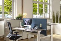 Ergonomisch Arbeiten / Ergonomisch: Wir sitzen am Esstisch, in der Bahn oder im Auto auf dem Weg zur Arbeit, abends vor dem Fernseher oder mit Tablet auf dem Sofa und nicht selten den ganzen Tag am Schreibtisch im Büro. Rückenleiden und viele andere chronische Krankheiten sind das Resultat. Mit höhenverstellbaren Schreibtischen und dem richtigen Bürodrehstuhl am Arbeitsplatz und dem Wechsel zwischen Sitzen und Stehen kann dem vorgebeugt werden.