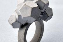 Betonové šperky pro všechny dámy / Dámy, jestli budete někdy obdarovány šperkem z betonu místo ze zlata, tak rozhodně nebuďte uražené. Takovéto šperky mnohdy cenově převyšují ty z drahých kovů.