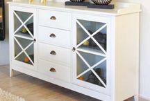 Muebles coloniales blancos  / Muebles de estilo colonial fabricados en madera de abedul con acabado en color blanco.