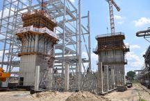 Elektrociepłownia w Zakładach Azotowych Kędzierzyn S.A. / W grupie Zakładów Azotowych Kędzierzyn trwa budowa nowej elektrociepłowni. Będzie to nowoczesny obiekt, spełniający, obowiązujące od 2016 roku, surowe normy środowiskowe. ULMA Construccion Polska S.A. od maja 2015 roku jest partnerem podwykonawcy w zakresie technologii deskowań – główne pylony komunikacyjne zaprojektowano i wykonano przy użyciu systemu konsol wznoszących CR-250.