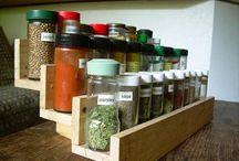 Wooden Pallet Spice Rack / DIY pallet spice rack designs ideas and wooden spice rack plans.