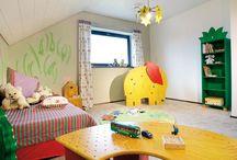 Kinderzimmer / Abenteuerland, Spielwiese oder Rückzugsort? Alle Faktoren sollten sich in einem Kinderzimmer verbinden. Bunte Farben und viele gestalterische Elemente machen ein Zimmer wohnlich. Viel Platz zum toben, lachen, singen, spielen, lesen und sich wohlfühlen. Lassen Sie sich von unseren Muster Kinderzimmern inspirieren, vielleicht könnte ja die eine oder andere Idee Ihren Kindern gefallen.